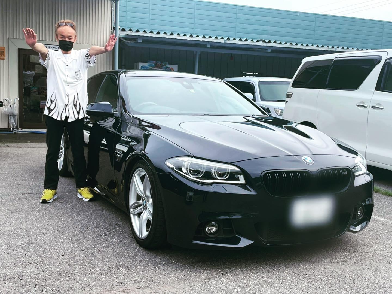 .納車させていただきましたお客様(//∇//)..BMW5シリーズMスポーツM様(⌒▽⌒)..かっちょ良いですね(●´ω`●)..お客様も喜んでいただき、このポーズ!!!..ありがとうございます!!...お問い合わせ先ガレージコンプリート0287-47-5544直通(八木澤)090-2227-2320.#ガレージコンプリート#ガレコン#西那須野#那須塩原#車買取#オートリース#新車リース#定額リース#中古車販売#中古車#新車販売#笑売#地域密着#地域貢献#ガレコング#ピンクのゴリラ#車屋さん#街の車屋さん#業販大歓迎#共存共栄#自分に合った車を乗ろう#車好きな人と繋がりたい#オンライン商談#オンライン査定#bmw#ドイツ車好きな人と繋がりたい